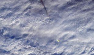 Na zdjęciu można zaobserwować meteoryt oraz jego ślad