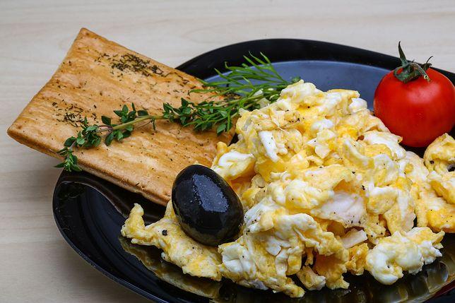 Jeden popularny składnik może zepsuć smak jajecznicy