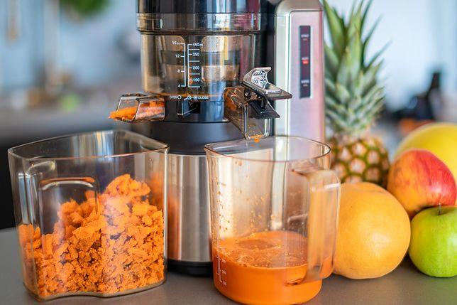Sok z młodej marchewki to sezonowy przysmak, możesz dodać do niego także owoce