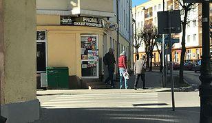 Zakaz handlu w niedzielę, a żona posła PiS Wojciecha Kossakowskiego sprzedaje alkohol