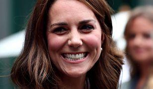 Kate Middleton w nowej fryzurze i modnych grochach na Wimbledonie
