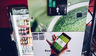 Każdy może do maszyny wrzucić butelki plastikowe PET, aluminiowe puszki oraz butelki szklane.