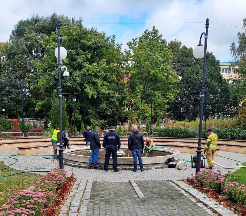 Mężczyzna, który wpadł do fontanny nie przeżył pomimo reanimacji