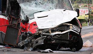 Wypadek tira z busem w Łapczycy