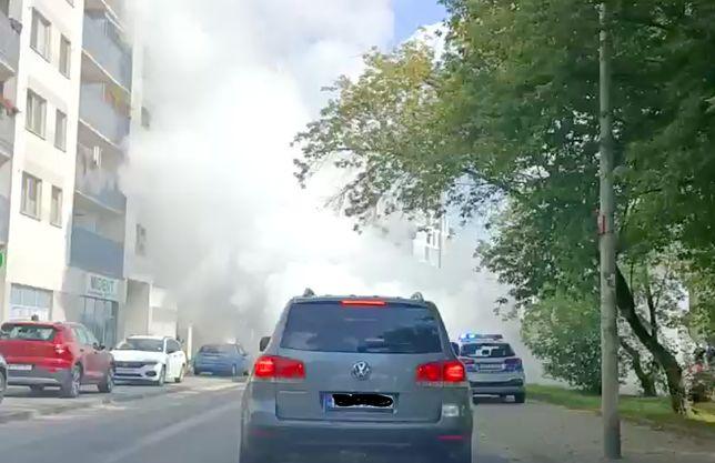 Warszawa. To nie eksplozja, pożar ani zasłona dymna. Trwa czyszczenie rur ciepłowniczych na żerańskiej ulicy Kowalczyka. Zanim wiatr rozwieje tę mgłę wodną, kierowcy muszą przeczekać w korkach