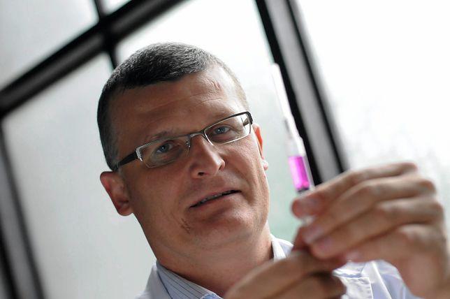 """Koronawirus w Polsce. Epidemiolog Paweł Grzesiowski twierdzi, że """"wirus nie fruwa w powietrzu"""""""