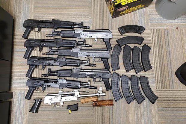 Torba kryła w sobie broń i naboje