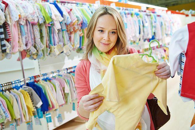 """""""Rodzina oczekuje, że oddam ubranka po dziecku"""". Kobieta ma dylemat"""