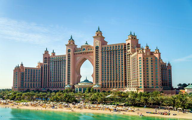 Ten pełen przepychu hotel zbudowano na sztucznej wyspie w kształcie palmy