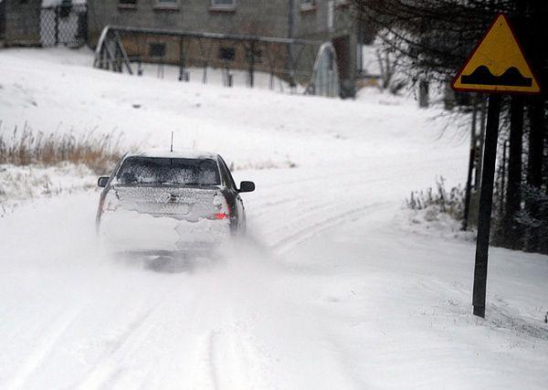 Po opadach śniegu panują bardzo trudne warunki drogowe