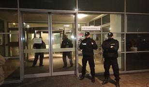 Policjanci pod szpitalem, w którym operowany był prezydent Adamowicz.