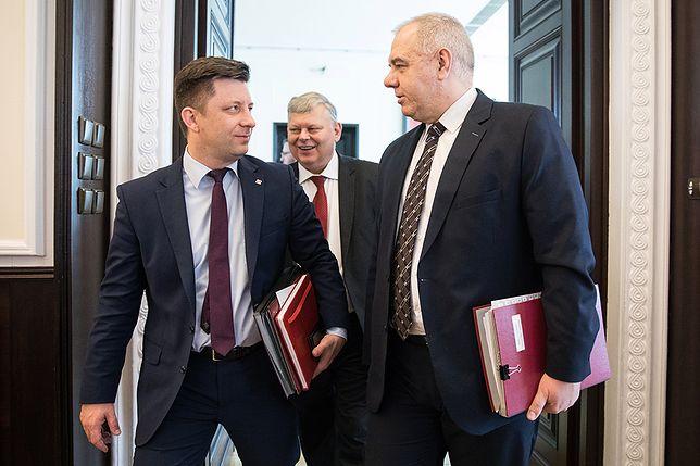 Michał Dworczyk, Jacek Sasin i Marek Suski przed posiedzeniem rządu.