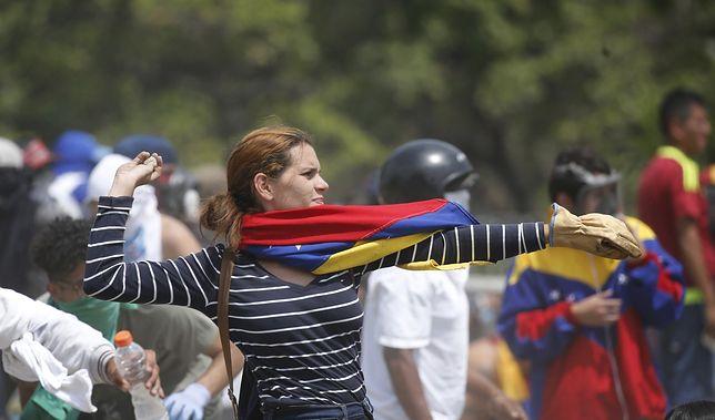 Kobieta podczas antyrządowych protestów w Wenezueli