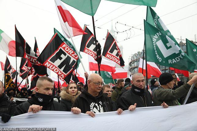 Włoscy radykałowie z Forza Nuova maszerujący w Biało-Czerwonym Marszu