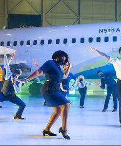"""Roztańczeni pracownicy Alaska Airlines. """"Nie masz maseczki? Nie lecisz!"""""""