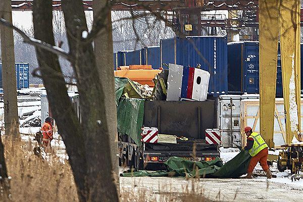Części wraku ładowane na ciężarówkę w Charkowie