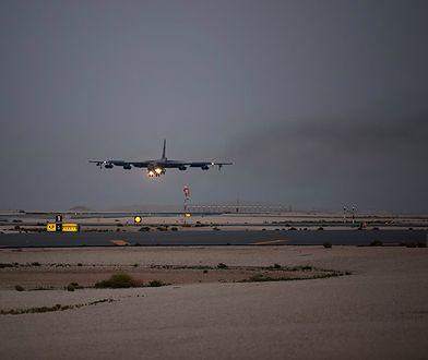 Lądowanie amerykańskiego bombowca na Katarze
