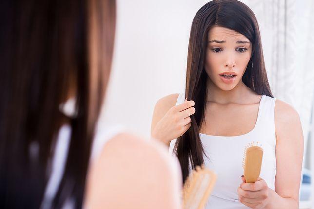 Nadmierne wypadanie włosów. Co stosować i jak zapobiegać osłabieniu pasm?