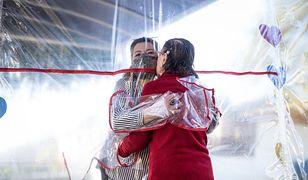 """Brazylia. """"Hug tunnel"""" umożliwia bliskim spotkania z seniorami"""