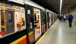 Pobili pasażera w metrze, bo miał na nogach trampki