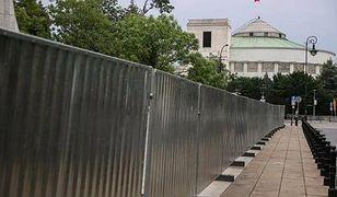 Warszawa. Sejm jak twierdza. Stalowe pręty i wysokie zasieki oddzielą Wiejską