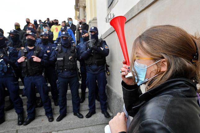Strajk kobiet. Poniedziałkowy protest w Warszawie (NA ŻYWO)