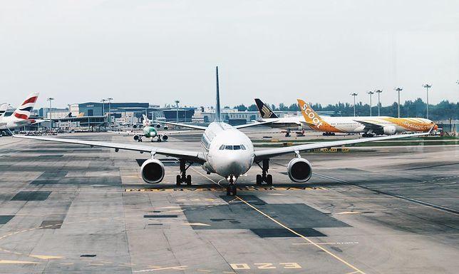 Samolot na płycie lotniska Singapur-Changi