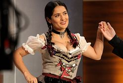 Salma Hayek przegrała zakład. Teraz tłumaczy się z sukienki, w której wystąpiła u boku Karla Lagerfelda