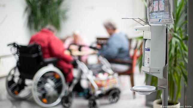 """Koronawirus. Seniorzy są odcinani od świata. """"Umierają szybciej"""""""