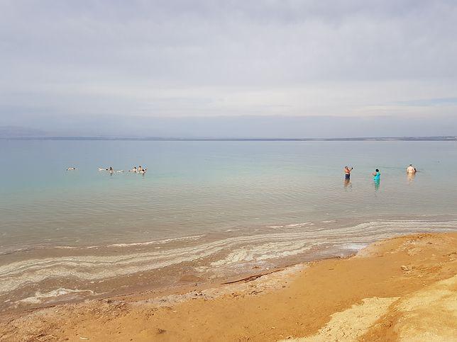 Źródła podają, że około 17 tys. lat temu poziom wody Morza Martwego był tak wysoki, że łączyło się ono z leżącym na północ Jeziorem Tyberiadzkim