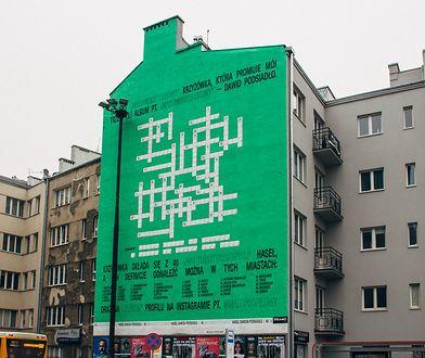 Takiego muralu jeszcze nie było. Wielka krzyżówka w centrum Warszawy