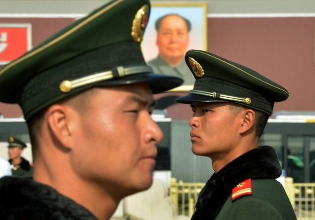 Chińscy policjanci na Placu Tiananmen