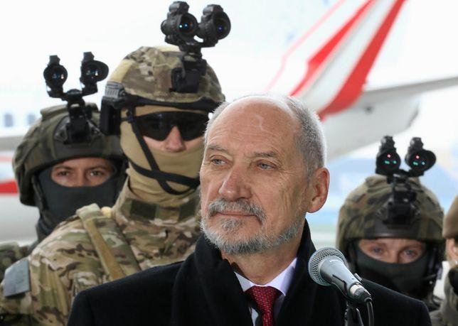 Funkcjonariusze tłem dla ministrów. Macierewicz i Błaszczak ośmieszają mundur