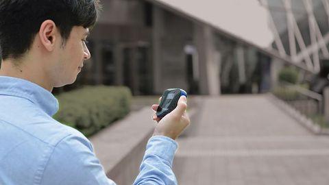 Miernik smogu Oregon SHE101 naładuje też smartfona