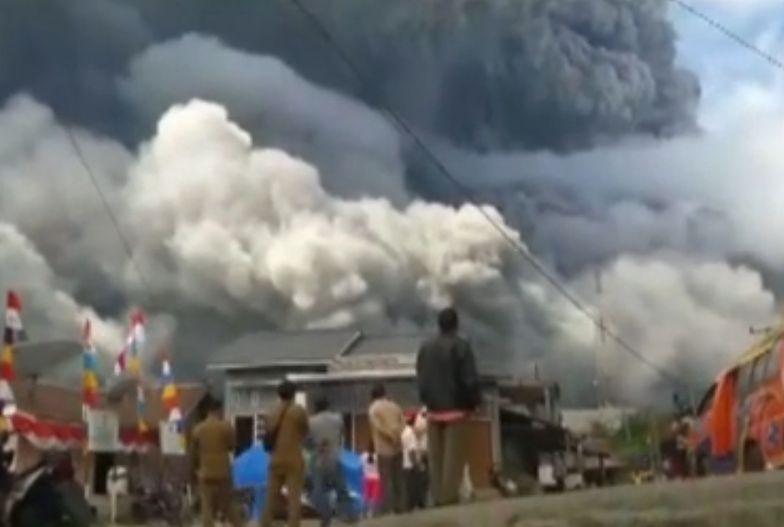 Usłyszeli huki. Na ten wybuch czekali od roku. Erupcja Mount Sinagung