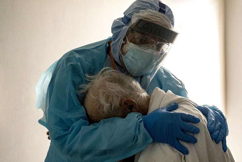 COVID-19. Ozdrowieńcy wychodzą ze szpitala i umierają. Szalenie niepokojące