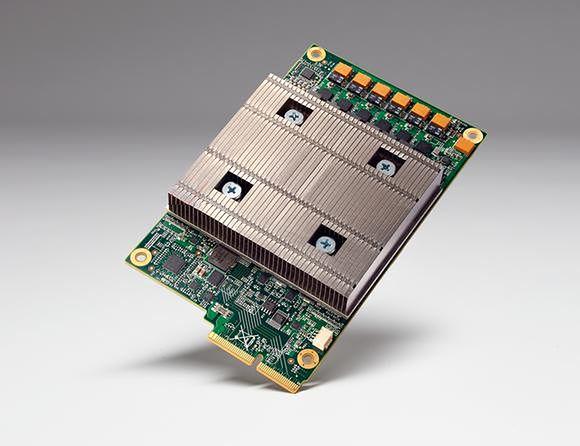 Zasłonięte radiatorem Tensor Processing Unit na karcie PCIe (źródło: Google)