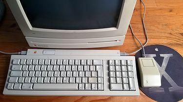 Macintosh LC  - Monitor Apple 12 RGB był idealnie dopasowany do obudowy, tworząc z nią jedną, spójną całość.