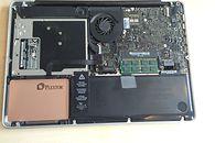 SSD Plextor M6 Pro w MacBooku Pro - Dysk we wnętrzu MacBooka Pro. Wygląda jak nie z tej bajki, gdyż Apple często montowało napędy w kolorze czarnym, zgodnym z resztą podzespołów.