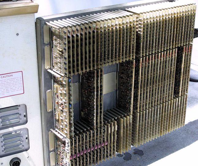 Jednolite płytki z układami, montowane w grupach (odpowiednio do zadań), mogła wymienić nawet osoba nie znająca konstrukcji komputera.
