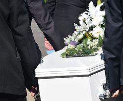 Skandal na pogrzebie. Widząc, co robi kobieta, żałobnicy wezwali policję
