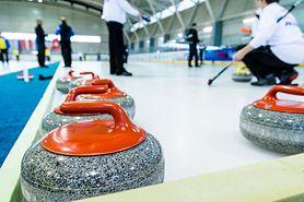 """Curling – zasady """"szachów na lodzie"""", sprzęt i taktyka"""