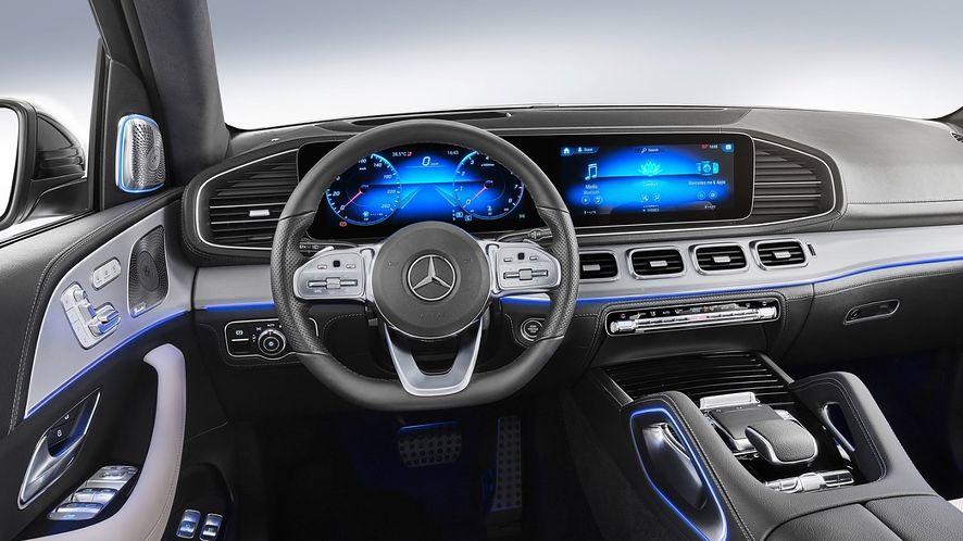 Ekrany dotykowe, sterowanie głosowe, przyciski, panele - prowadzenie pojazdu staje się prostsze, nić ich obsługa. (fot. Mercedes)