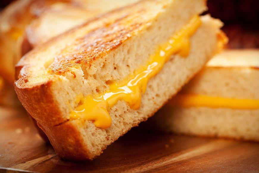 Żółty ser różni się od wyrobu seropodobnego pod kiloma względami