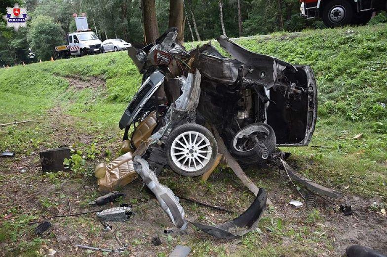 Samochód owinął się wokół drzewa. 20-latek zginął na miejscu