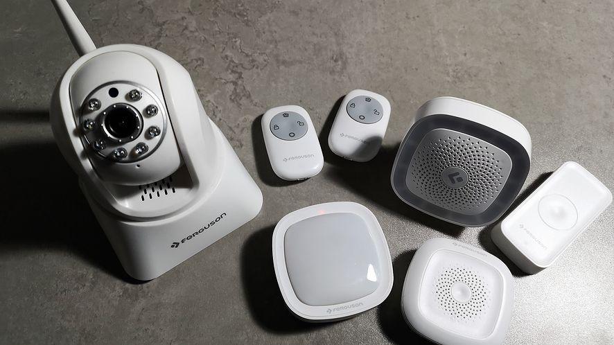 Kamerka, kilka czujników i centralka - oto podstawowy system monitoringu domu lub mieszkania.