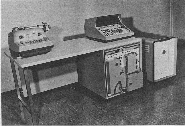 Autonetics Recomp w biurze. Pierwsza skrzynka od prawej.