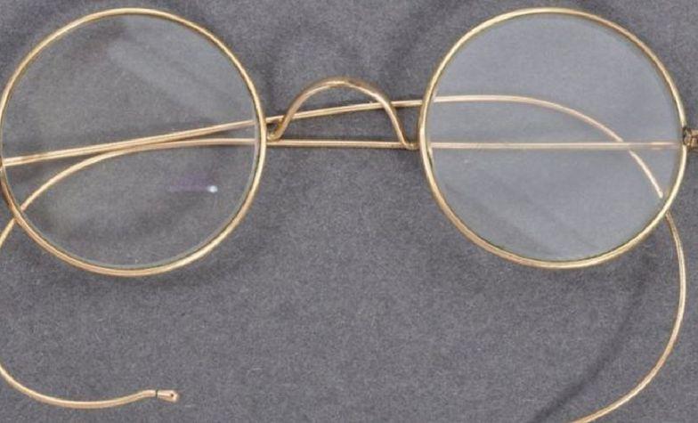 Okulary Gandhiego znalezione w skrzynce na listy. Sprzedane za ponad milion złotych