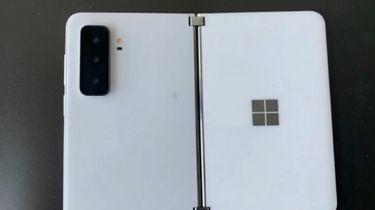 """Microsoft Surface Duo 2 na nieoficjalnych zdjęciach. Ma 3 aparaty i wielką """"wyspę"""" - Zdjęcia rzekomego Surface Duo 2"""