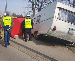 Przyczepa kempingowa odczepiła się od auta i zabiła pieszą. Tragedia w Czersku